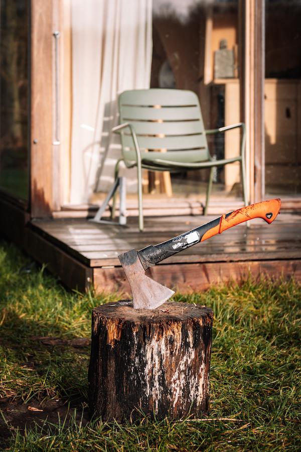 Winterkamperen-hout-hakken-Nederland