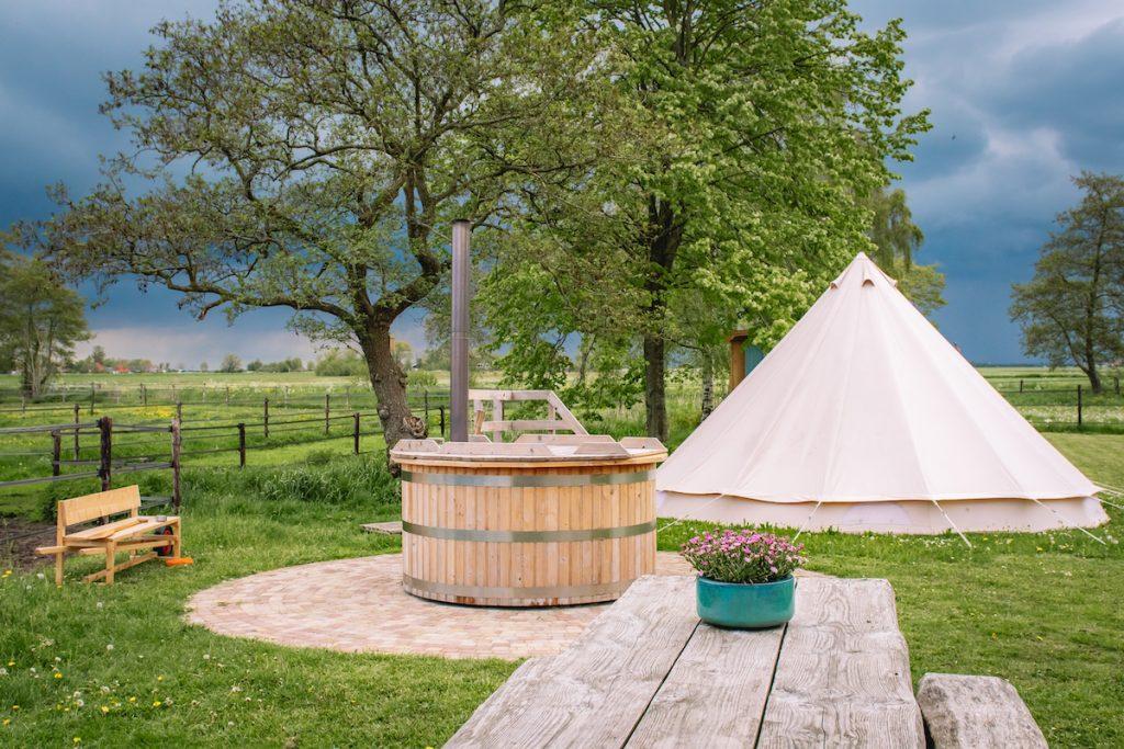 Overnachting-tiny-house-op-wielen-Friesland-met-hottub-Snikzwaag