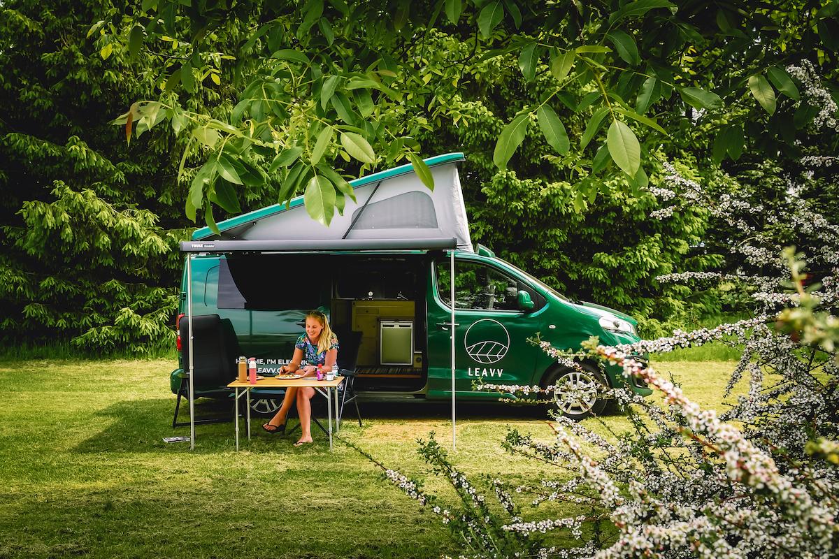 elektrische-camper-bus-huren-LEAVV-Utrecht-Nederland-Camping-Buitengoed-de-Boomgaard